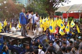 Pengunjuk rasa terlibat aksi saling dorong dengan polisi di depan KPK