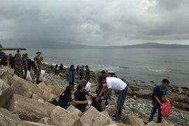 Angkasa Pura I Bandara Pattimura aksi bersih pantai di Ambon