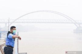Sejumlah warga mulai mengeluhkan sesak napas dan sakit kepala akibat kabut asap