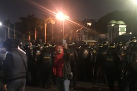 Aksi demo mahasiswa tidak buat takut warga, ibu ini malah berswafoto