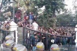 Demonstrasi ribuan mahasiswa di Bandung sempat diwarnai kericuhan