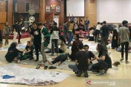 Bentrokan di DPRD Jabar, 87 mahasiswa dan 9 polisi terluka