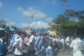 Papua Terkini - Ratusan anak sekolah bakar Kantor Bupati Jayawijaya