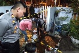 Semburan lumpur keluar di pekarangan rumah warga Kutisari Surabaya (Video)