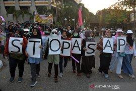 Ibu-ibu demo bawa panci mendesak Gubernur Riau tuntaskan masalah Karhutla