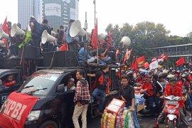 Ribuan mahasiswa jebol kawat barier saat demo di depan Gedung DPR/MPR