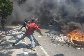 Demonstrasi mahasiswa di Makassar bentrok dengan aparat