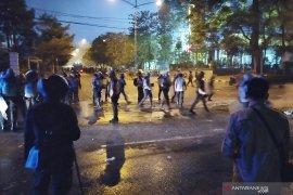 Mahasiswa yang masih berkumpul di Gedung Sate dipukul mundur polisi