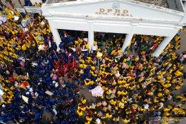 Ribuan demonstrasi kembali mengepung Gedung DPRD Jabar