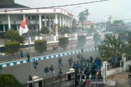 Demo ricuh, kantor PWI dan Antara dipenuhi pengunjukrasa