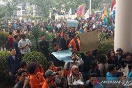 Ribuan mahasiswa terus padati gedung DPRD Kalbar