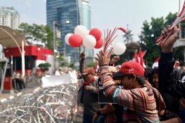 Demonstran 13 ormas pasang keranda mayat di depan gedung KPK