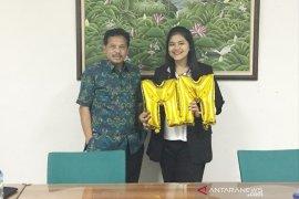 Kahiyang Ayu raih predikat cum laude wisuda dari Sekolah Bisnis IPB