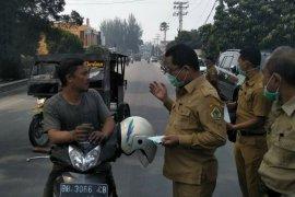 Antisipasi dampak karhutla, Pemkab Samosir bagikan masker