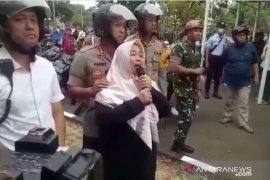 Seorang Ibu cari anaknya yang ikut demo di DPR RI