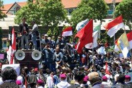 Ribuan mahasiswa  berdatangan ke Gedung DPRD Jatim