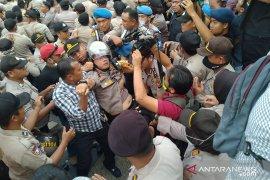 Saat amankan demo mahasiswa di DPRD Riau, Kapolresta Pekanbaru pingsan
