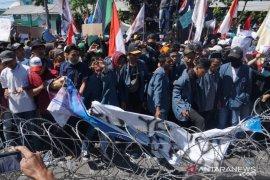 Sempat memanas, demo mahasiswa di Surabaya berlangsung tertib