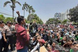 Mahasiswa Cirebon kembali demo di depan DPRD
