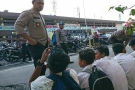 Sejumlah pelajar di Medan serang polisi yang sedang bertugas di DPRD dengan batu