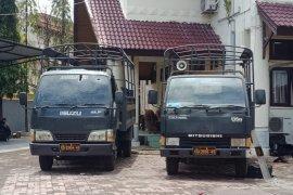 Mobil polisi dan sejumlah fasilitas di depan DPRK Aceh Barat rusak