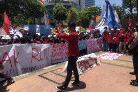 Demo ratusan mahasiswa warnai pelantikan pimpinan DPRD Surabaya