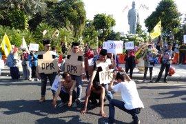 Puluhan mahasiswa PMII Surabaya demo tuntut pimpinan KPK mundur