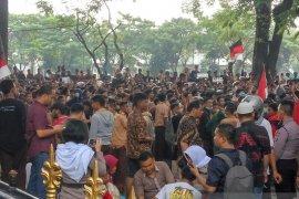 Ratusan pelajar berbagai sekolah gelar aksi demo ke DPRD Sumut