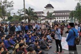 Mahasiswa kembali gelar aksi di depan Gedung Sate Bandung