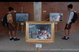 Pameran foto mahasiswa anti sampah