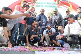 Di Madiun, jurnalis aksi diam kecam tindakan represif aparat
