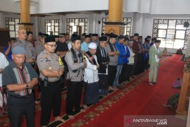 Polisi bersama mahasiswa Sukabumi gelar Shalat Gaib