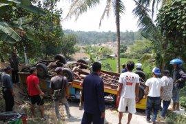 Mobil odong-odong pembawa siswa PAUD terbalik di Cikeusal