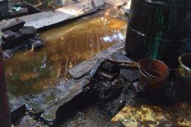 Semburan lumpur di Kutisari Indah Surabaya bercampur air dan minyak