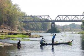 Sungai Bengawan Solo menghitam