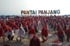 Ratusan warga Bengkulu menari di Pantai Panjang
