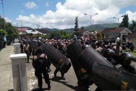 Aksi demonstrasi  mahasiswa di DPRD Maluku berlangsung kondusif
