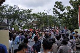 Ribuan mahasiswa di Kalbar unjuk rasa saat pelantikan wakil rakyat