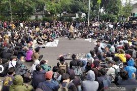 Ribuan mahasiswa kembali padati Gedung DPRD Jabar tolak RUU bermasalah