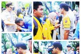 Usai berdemontrasi, mahasiswa dan polisi saling berjabat tangan