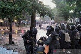 Pedemo di kawasan DPRD Jabar tembakan petasan ke arah polisi