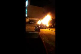 Satu unit mobil di kawasan Polsek Tanah Abang dibakar massa