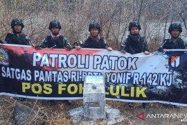 Satgas Pamtas Yon 142/KJ cek patok batas negara RI-Timor Leste