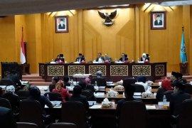 Paripurna DPRD Surabaya diwarnai aksi protes, ada apa?