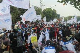 Ribuan buruh mendekati DPR RI lakukan demo