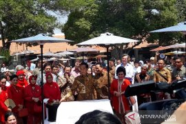 """Peringati Hari Batik Nasional, Jokowi """"membatik untuk negeri"""" di Solo"""