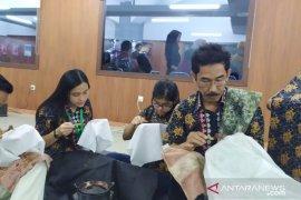 """Peringati Hari Batik Nasional, sivitas Undika """"Mbatik Bareng"""""""