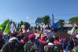 Tolak revisi UU Ketenagakerjaan, ribuan buruh demo di Surabaya