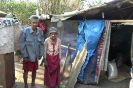 Tidak punya rumah kakek-nenek bersama anak cucunya tinggal di gubuk plastik 3x5 meter