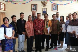 """Pemprov Bali serahkan """"celengan"""" ke lembaga kesejahteraan sosial"""